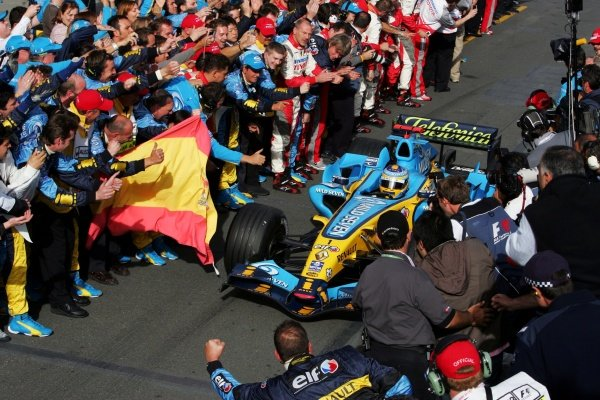 Race winner Fernando Alonso (ESP) Renault R26 in parc ferme. Formula One World Championship, Rd 3, Australian Grand Prix, Race, Albert Park, Melbourne, Australia, 2 April 2006.  DIGITAL IMAGE BEST IMAGE