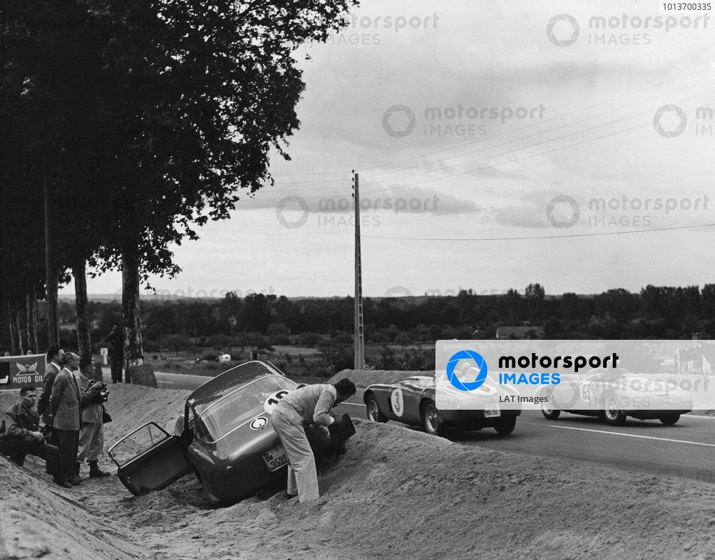 Le Mans, France. 12th - 13th June 1954 Lucien Farnaud/Adolfo Macchieraldo (Osca MT4 1100), retired, passes Umberto Maglioli/Paolo Marzotto (Ferrari 375 Plus), retired, as Porfirio Rubirosa/Innocente Baggio (Ferrari 375 MM Berlinetta), retired, trying to dig himself out of the gravel trap, action. World Copyright: LAT Photographic Ref: Autocar Glass Plate C39217.