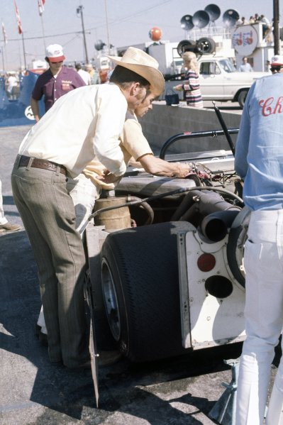 1970 Can-Am Challenge Cup.CanAm race. Riverside, California, United States (USA). 1 November 1970.Jim Hall with his Chaparral 2J-Chevrolet in the pits.World Copyright: LAT PhotographicRef: 35mm transparency 70CANAM22