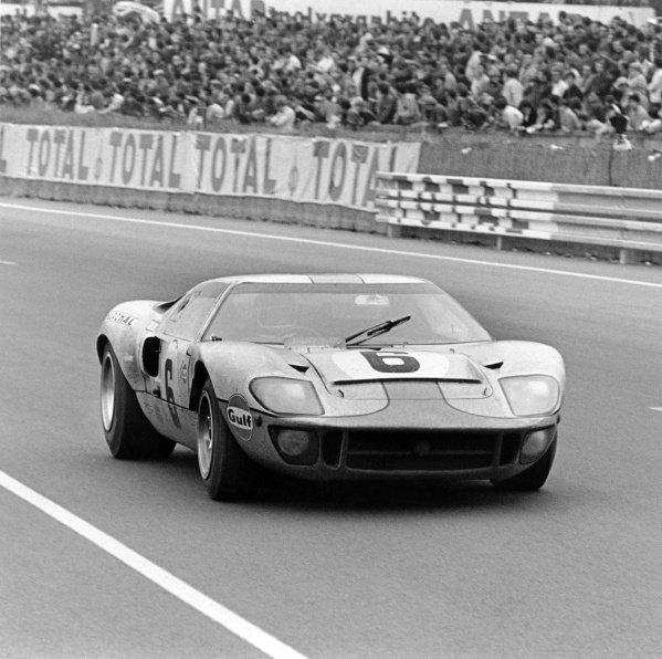 1969 Le Mans 24 Hours. Le Mans, France. 14-15 June 1969. Jacky Ickx/Jackie Oliver (Ford GT40), 1st position, action. World Copyright: LAT Photographic Ref: 2527/40