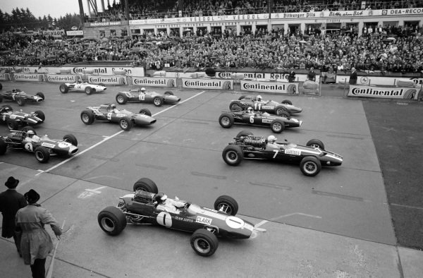 John Surtees, Cooper T81 Maserati leads Jim Clark, Lotus 33 Climax, Jackie Stewart, BRM P261 and Ludovico Scarfiotti, Ferrari 246 at the start.