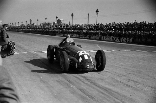 Giuseppe Farina, Alfa Romeo 159, takes the chequered flag for third place.