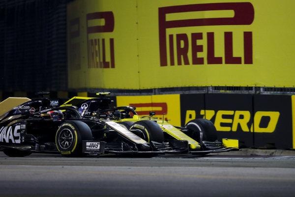 Romain Grosjean, Haas VF-19, battles with Nico Hulkenberg, Renault R.S. 19