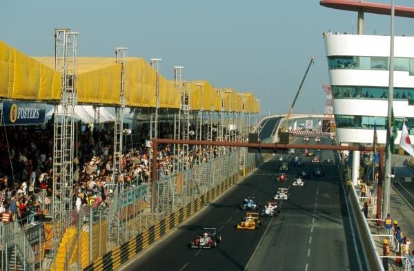 Takuma Sato (JPN) Carlin Motorsport leads Bjorn Wirdheim (SWE) away at the start.48th Macau Grand Prix, Macau, 18 November 2001BEST IMAGE