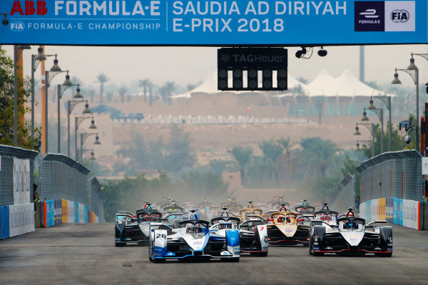 RIYADH STREET CIRCUIT, SAUDI ARABIA - DECEMBER 15: Antonio Felix da Costa (PRT), BMW I Andretti Motorsports, BMW iFE.18 leads SÈbastien Buemi (CHE), Nissan e.Dam, Nissan IMO1 and Jose Maria Lopez (ARG), GEOX Dragon Racing, Penske EV-3 at the start during the Ad Diriyah E-prix at Riyadh Street Circuit on December 15, 2018 in Riyadh Street Circuit, Saudi Arabia. (Photo by Joe Portlock / LAT Images)