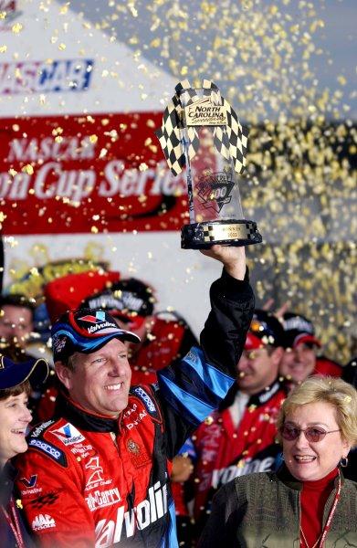 NASCAR Winston Cup Pop Secret 400, North Carolina Speedway, Rockingham, North Carolina, USA 3 Nov,2002 Johnny Benson enjoys the spoils (& the popcorn) of victory.Copyright-F Peirce Williams/MMP-Inc. 2002 LAT Photographic