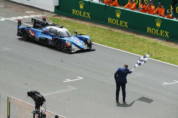 #36 Signatech Alpine Matmut Alpine A470: Nicolas Lapierre, Andre Negrao, Pierre Thiriet takes the checkered flag