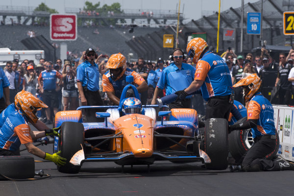 Scott Dixon, Chip Ganassi Racing Honda, in pit stop competition