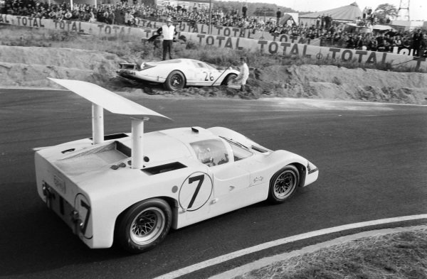 Mike Spence / Phil Hill, Chaparral Racing, Chaparral 2F-Chevrolet, passes the crashed car of Chuck Parsons / Ricardo Rodriguez-Cazados, North American Racing Team, Ferrari 365P2.