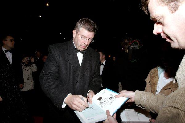 2007 Autosport AwardsGrosvenor House Hotel, Park Lane, London2nd December 2007.Ross Brawn signs an autograph.World Copyright: Drew Gibson/LAT Photographicref: Digtal Image MU4Z2494