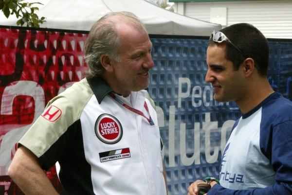 L-R: David Richards (GBR) BAR Team Principal talks with Juan Pablo Montoya (COL) Williams. Australian Grand Prix, Albert Park, Melbourne, 28 February 2002DIGITAL IMAGE