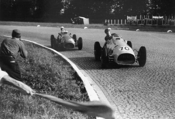 1952 Italian Grand Prix.Monza, Italy. 7 September 1952.Charles de Tornaco (Ecurie Francorchamps Ferrari 500) leads Giuseppe Farina (works Ferrari 500). Farina finished in 4th position. Ref-52/50 #10A.World Copyright - LAT Photographic