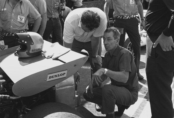 1970 Mexican Grand Prix. Mexico City, Mexico. 23-25 October 1970. Tim Parnell and Ron Tauranac inspect the back of Pedro Rodriguez's B.R.M. P153 in the pits, portrait.  World Copyright: LAT Photographic. Ref: 3387 - 0-0.