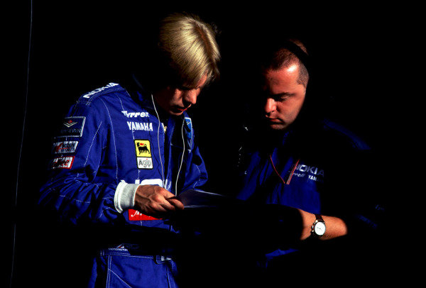 1995 Portuguese Grand Prix.Estoril, Portugal.22-24 September 1995.Mika Salo (Tyrrell Yamaha) talks with his chief engineer Mike Gascoyne.World Copyright - LAT Photographic